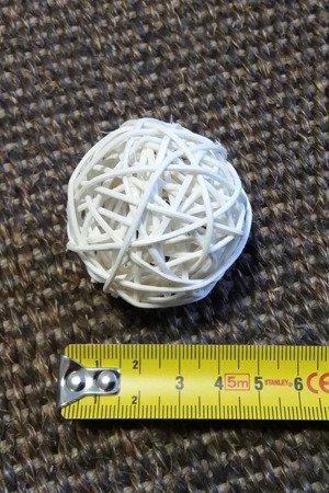 Dekoracyjna kula rattanowa średnica 5 cm kolor wybielany